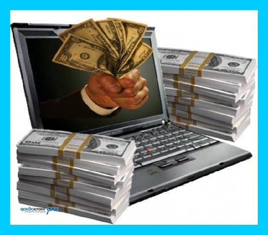 Много пачек денег лежат около ноутбука